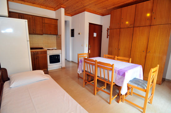 https://www.hotel-coral.gr/images/gallery/apartment1/2.jpg