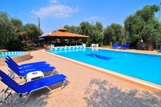 https://www.hotel-coral.gr/images/gallery/pool-bar/2.jpg