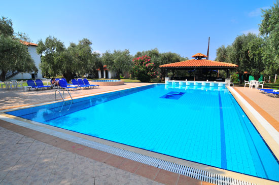 https://www.hotel-coral.gr/images/gallery/pool-bar/3.jpg
