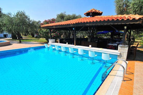 https://www.hotel-coral.gr/images/gallery/pool-bar/4.jpg