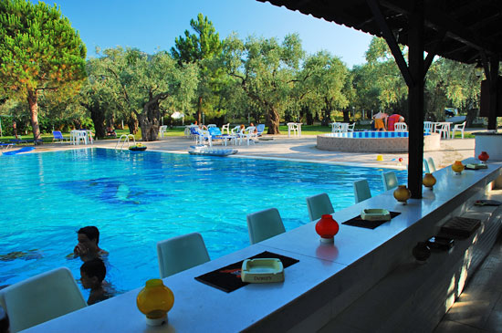 https://www.hotel-coral.gr/images/gallery/pool-bar/5.jpg