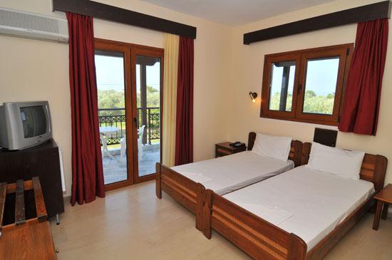 https://www.hotel-coral.gr/images/gallery/room1/1.jpg