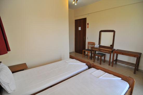 https://www.hotel-coral.gr/images/gallery/room1/2.jpg